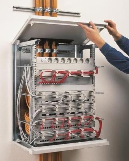 Die Stecktechnik der Verkleidungsteile sorgt für kurze Aufbauzeit. Die komfortable Montage der Einbauten wird durch allseitige Zugänglichkeit gewährleistet.